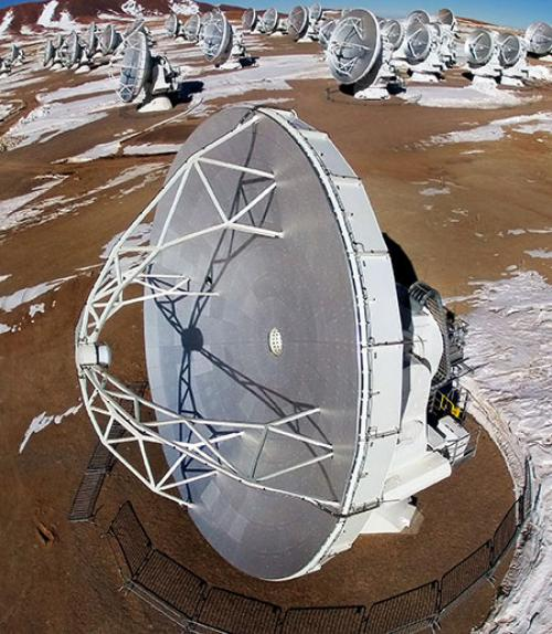One of the ALMA telescopes in foreground with others in background