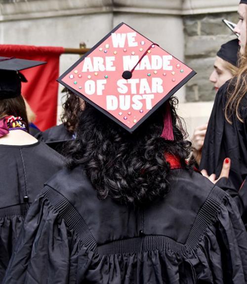 A graduation cap message honoring Carl Sagan