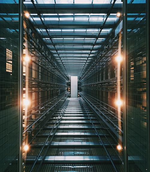 Corridor made of a metal grid